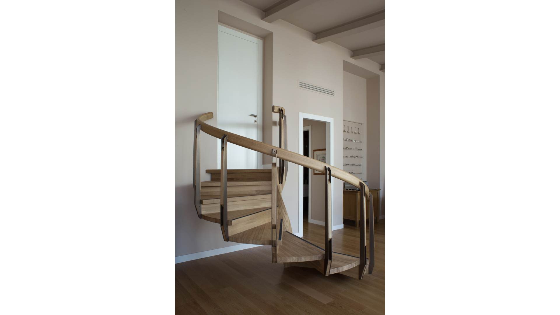 Curved Solid Oak and Brass Staircase i | © Bernardo Guillermo Studio
