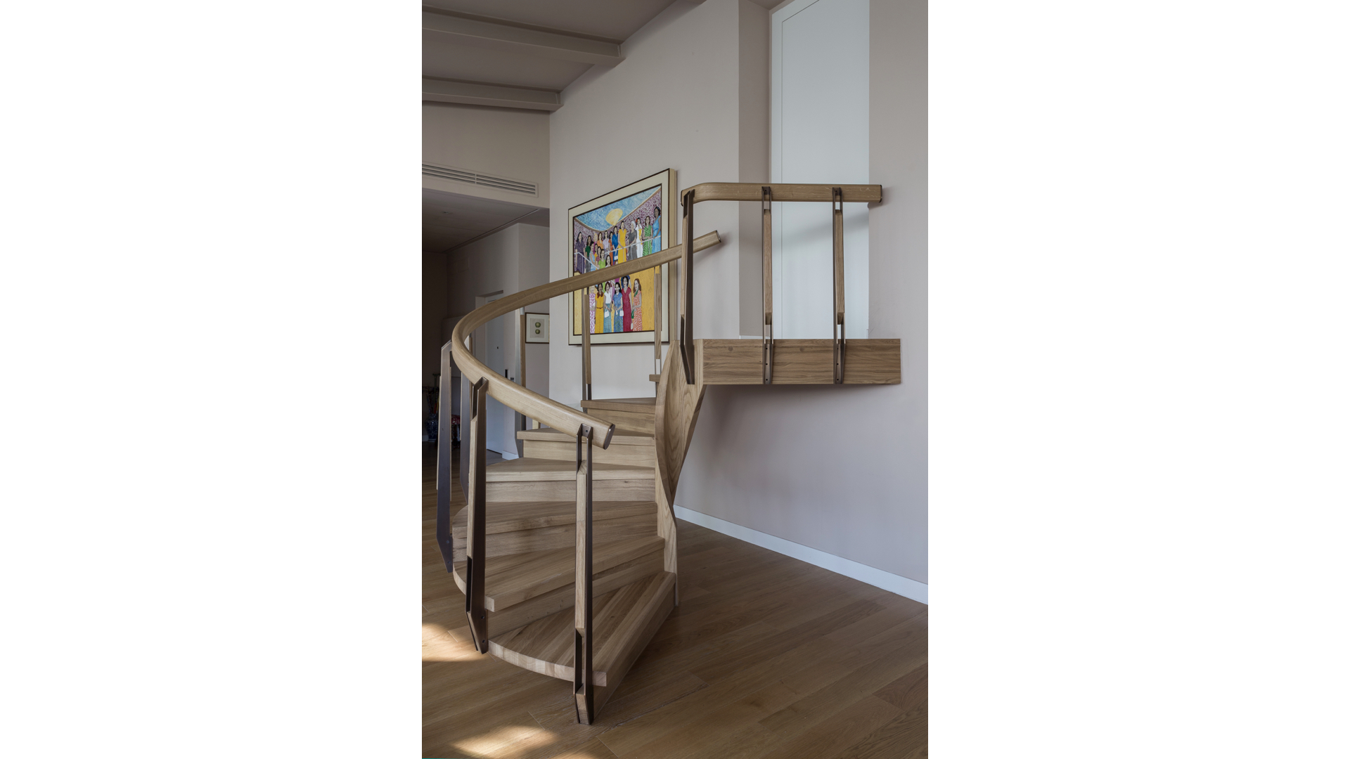Curved Solid Oak and Brass Staircase ii | © Bernardo Guillermo Studio